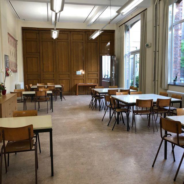 Der Speisesaal mit vielen Tischen und Stühlen