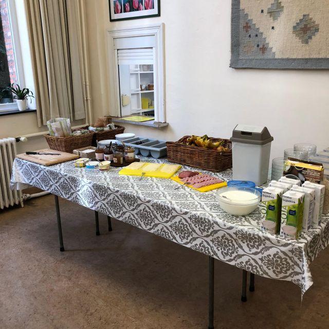Frühstücksbuffet mit Brot, Brötchen, Käse, Wurst, Marmelade, Nutella, Müsli, Getränken und Obst