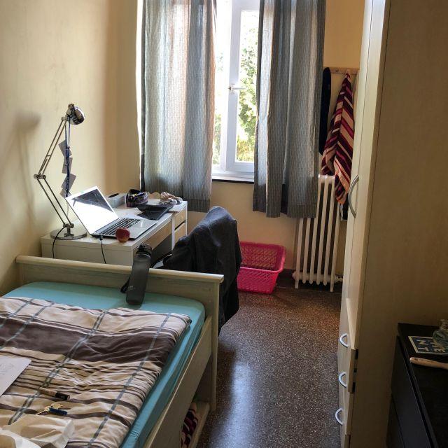 Mein Zimmer mit Bett, Schreibtisch, Kommode und Schrank