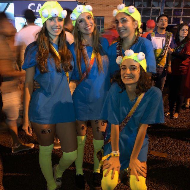 Mädchen verkleidet als Aliens von Toy Story