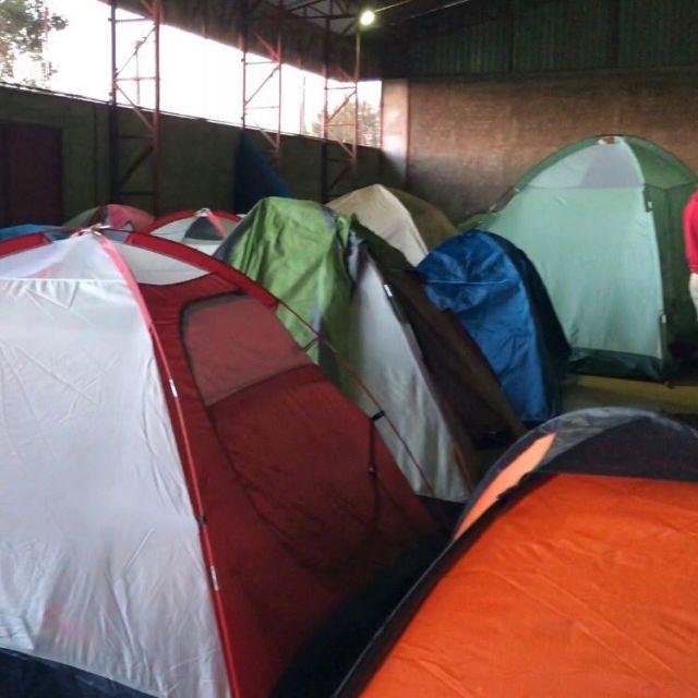 Zelte in einer Sporthalle