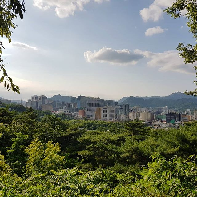 Die vielen Berge in und um Seoul haben den Vorteil, dass man schnell auch Mal…