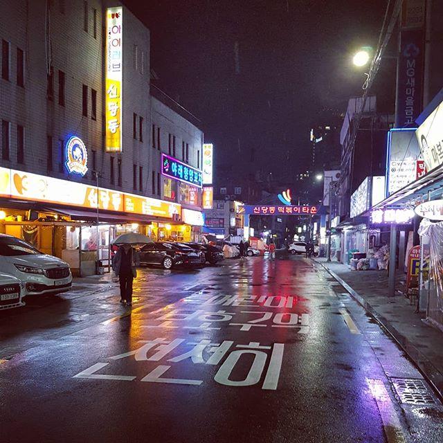 Regnerische Nächte in bunt beleuchteten Straßen. …