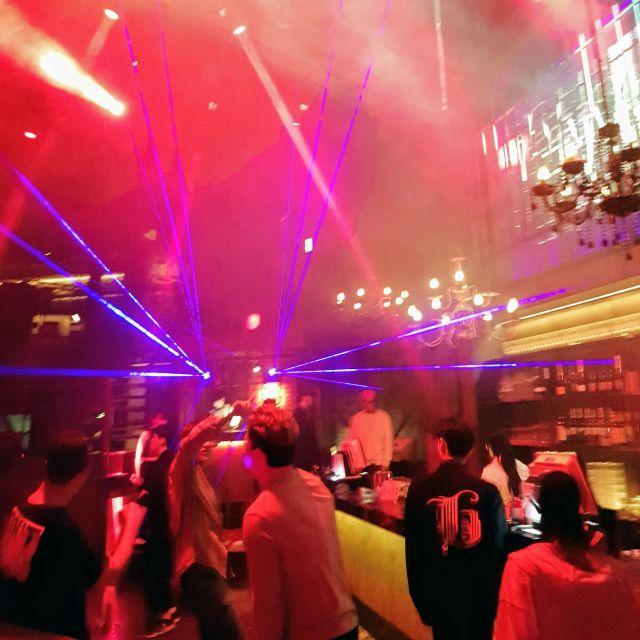 Bunt beleuchtete Tanzfläche eines Clubs in Hongdae