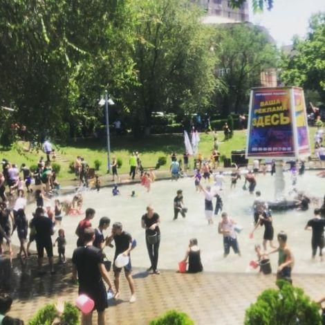 Heute war der armenische Feiertag Vardavar, an dem man sich gegenseitig nass…