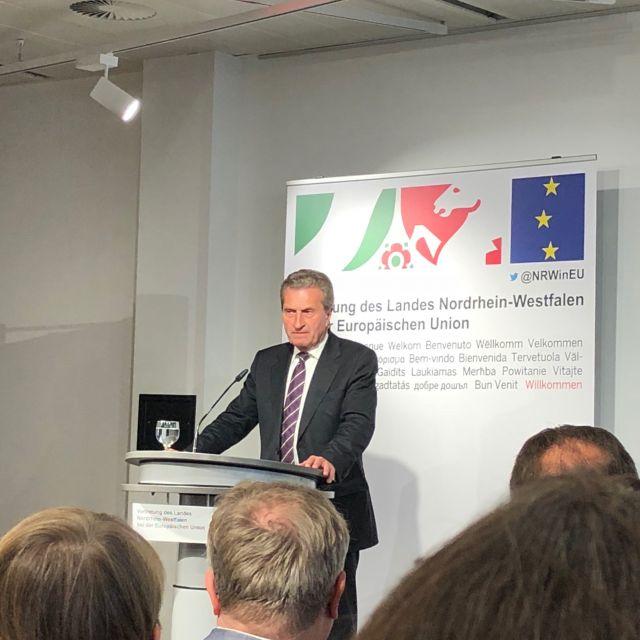 EU-Kommissar Günther Oettinger hält eine Rede