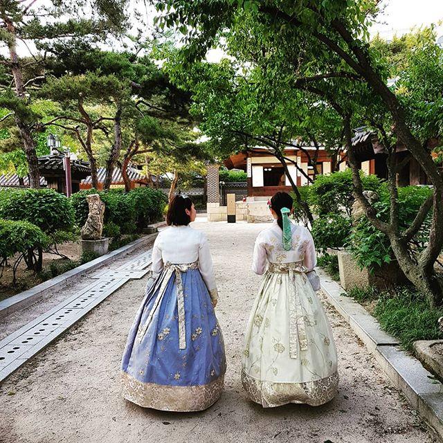 Auch mitten in Seoul gibt es kleinere Paläste, in denen man - wie in einer…