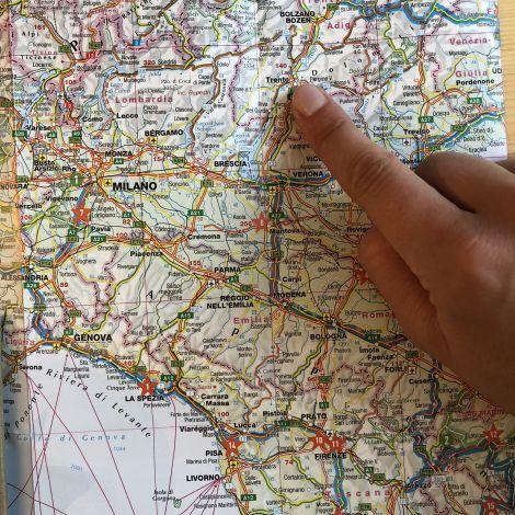 Bild einer Landkarte Italien mit Fingerzeig auf Trient