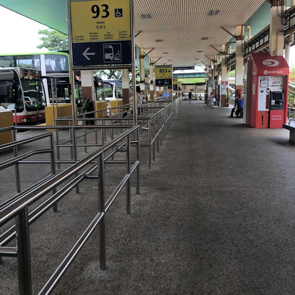 Das Bild zeigt einen Busbahnhof und dessen Wartebereich.