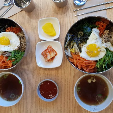 Bibimbap mit gratis Beilagen und Suppe