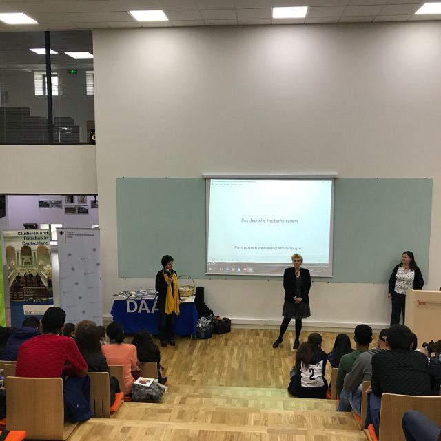 Informationsveranstaltung in einer kleinen Stadt in Armenien