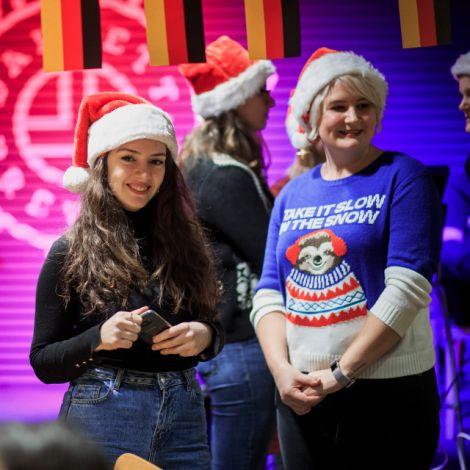 Shushan (links), Ortskraft vom IC, und ich beim Weihnachts-Karaoke