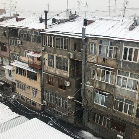 Ein verschneites Wohnhaus in Armenien