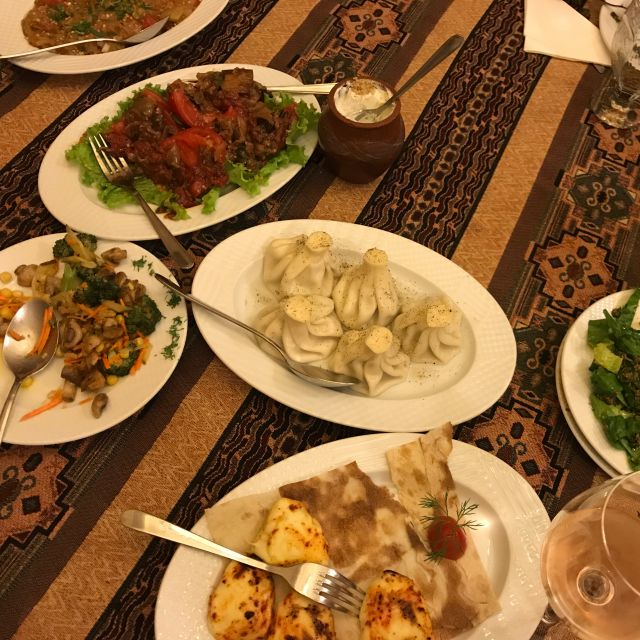 Armenisches Essen auf typischer Tischdecke