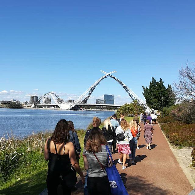Eine Gruppe Studentinnen und Studenten auf dem Weg zum Football Stadion in Australien.