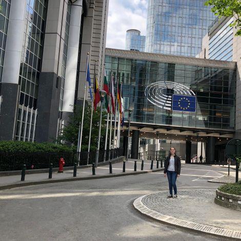 Ich stehe vor dem Gebäude des Europäischen Parlaments