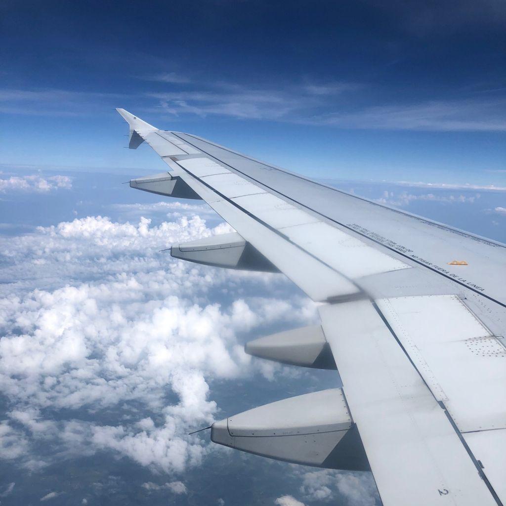 Flugzeug über den Wolken