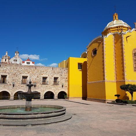 Platz im Zentrum von San Luis Potosí mit Springbrunnen und Kirche