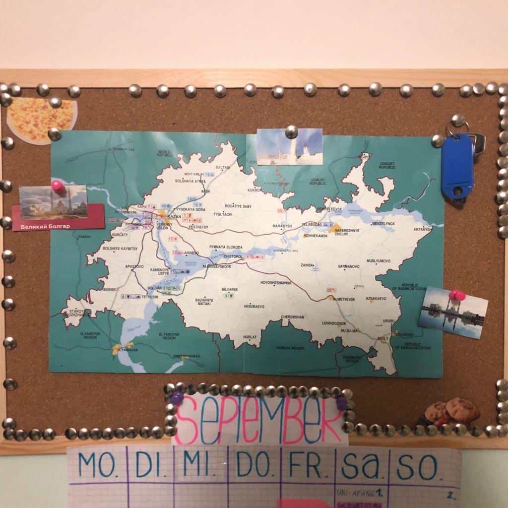 Eine Karte von der Republik Tatarstan, angespannt an eine Pinnwand mit Fotos tatarischer Sehenswürdigkeiten