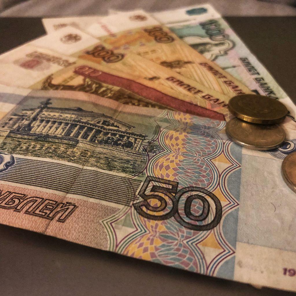 Mehrere Rubelbanknoten und-Münzen