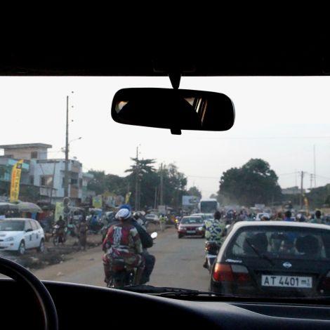 viele Autos, afrikanische Großstadt