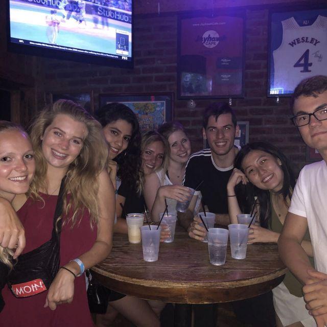 Studentinnen und Studenten in einer Bar