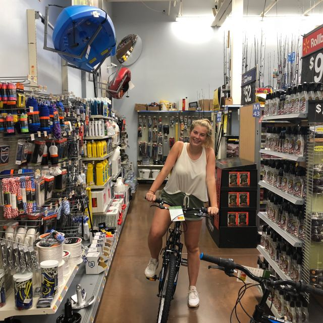 Studentin auf Fahrrad bei Walmart in den USA