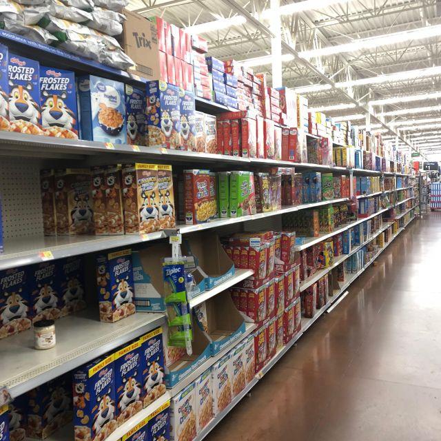 Supermarktregale mit Müsli und Cornflakes in eienr US-amerikanischen Walmart-Filiale