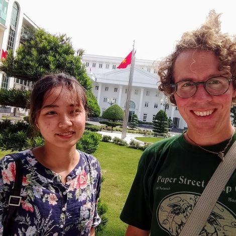 Correspondent Andreas und sein Buddy auf dem Campus seiner Gast-Uni