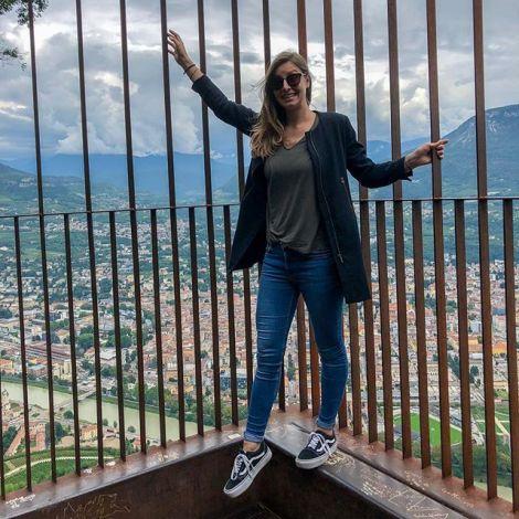 In einem Käfig über dem Abgrund des Monte Bondone (genauer gesagt in…