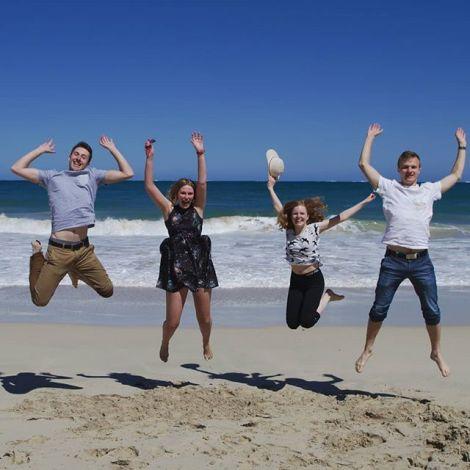 Studentinnen und Studenten am Strand in Australien.