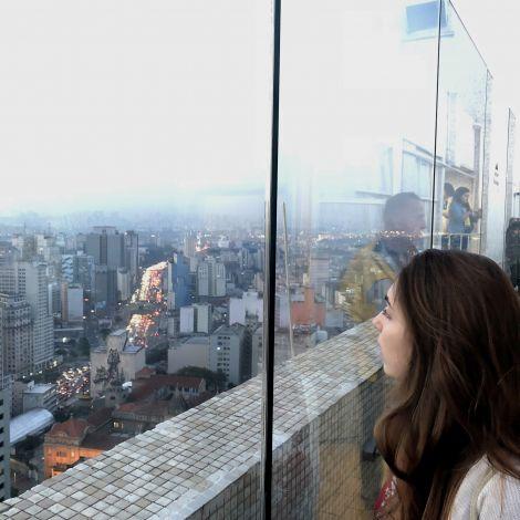 Mädchen schaut über Sao Paulo
