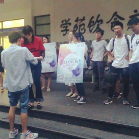 Chorgesang vor der Mensa - auf Chinesisch.…