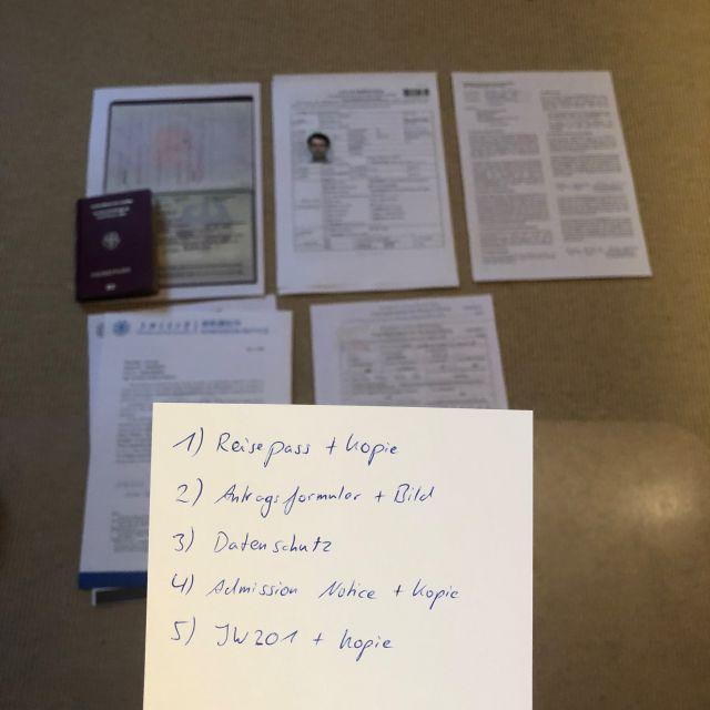 Checkliste mit Dokumenten im Hintergrund