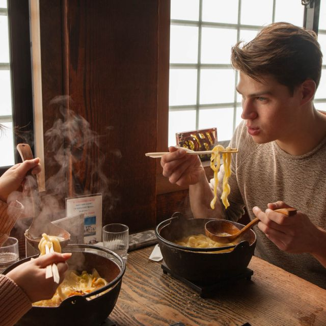 Student Dominik isst japanische Nudelsuppe.