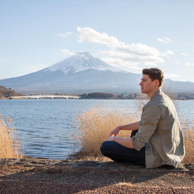 Student Dominik sitzt am Wasser in Japan.