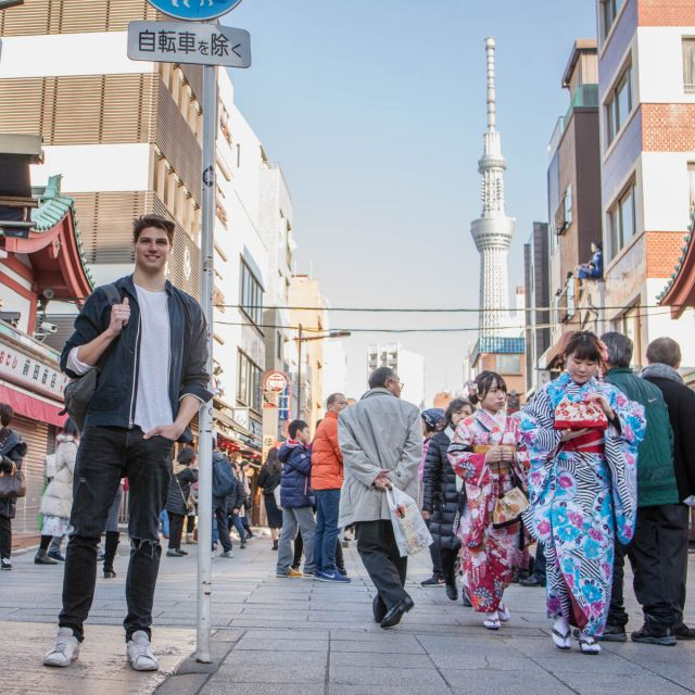 Student Dominik in den Straßen Tokios.