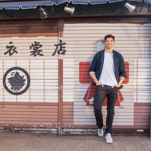 Student Dominik steht vor einem Ladenlokal in Tokio.