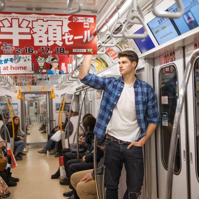 Dominik in der U-Bahn in Tokio.