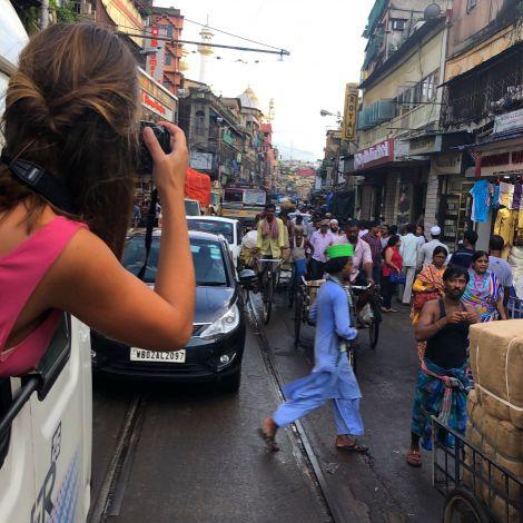 Die Straßen Indiens sind chaotisch, laut und bunt.