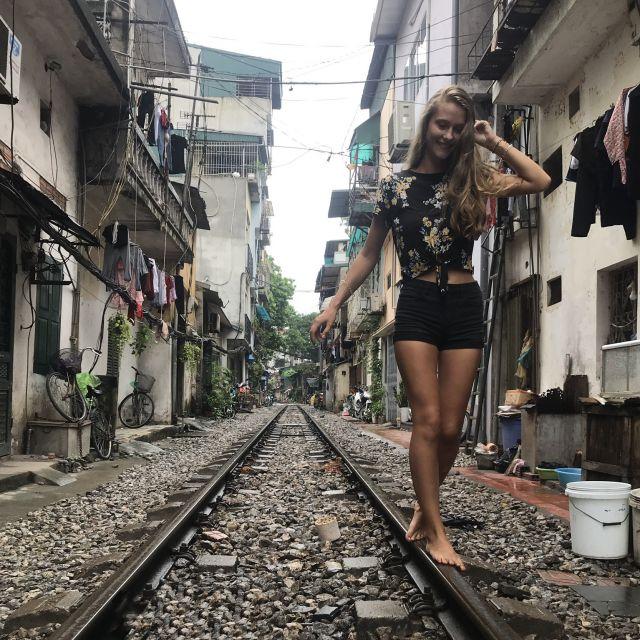Bahnschienen in einer kleinen Straße in Hanoi
