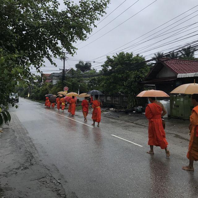 Morgendlicher Almosengang der Mönche, Vientiane