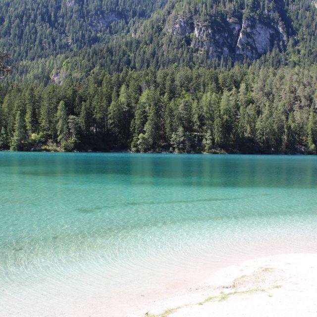 Strand am See tiefblaues Wasser