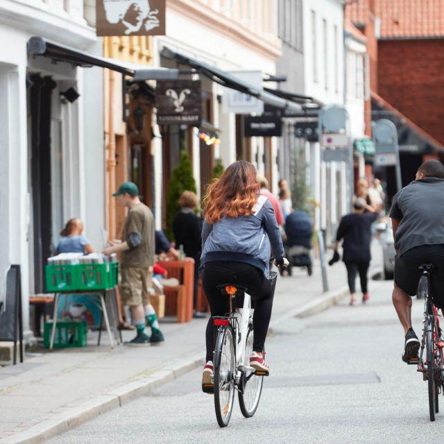 Radfahrerin in der Innenstadt von Aarhus.