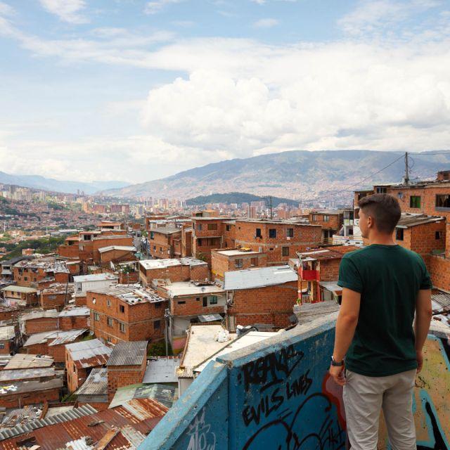Student Viktor schaut auf die Stadt Medellín.