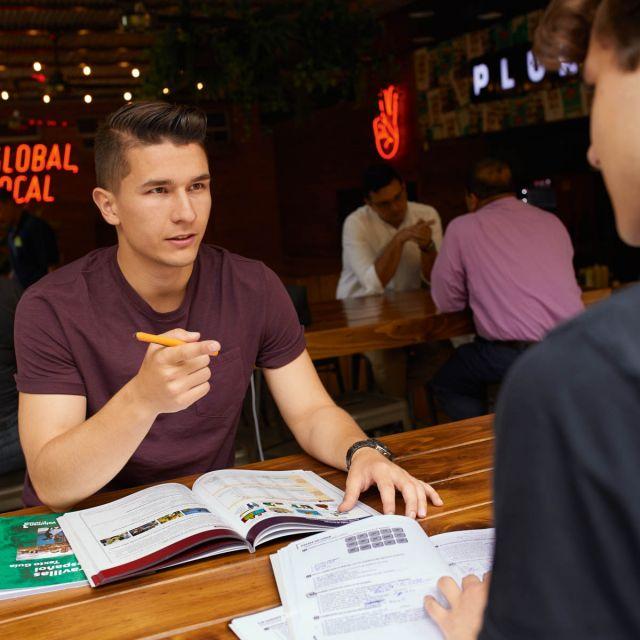 Student Viktor sitzt in einem Café in Medellín und lernt.
