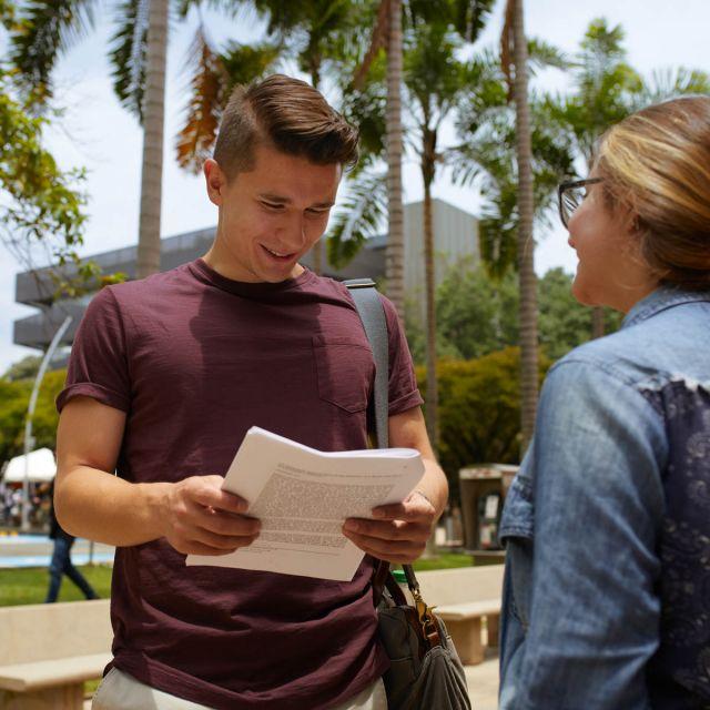 Student Viktor mit einer Kommilitonin in Medellín.