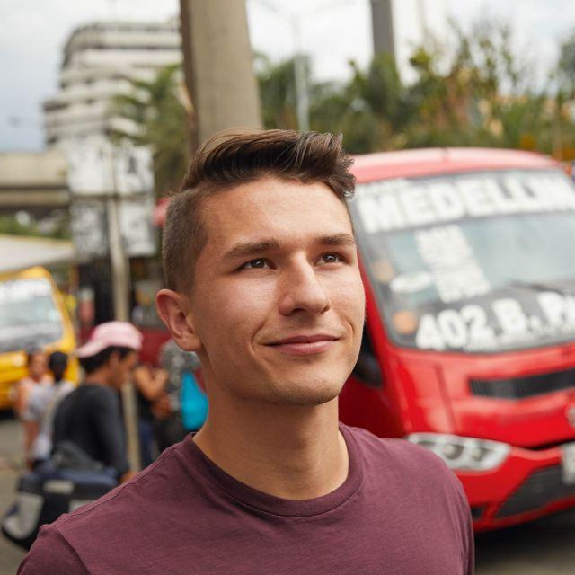 Student Viktor in einer Straße in Medellín.