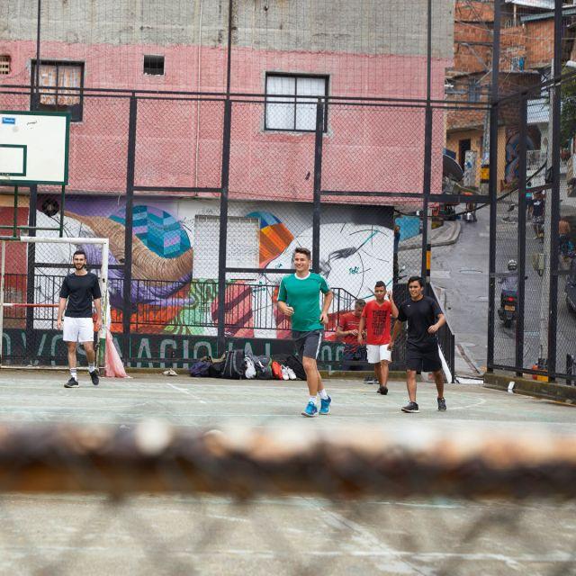 Viktor und ein paar Freunde auf einem Sportplatz in Medellín.