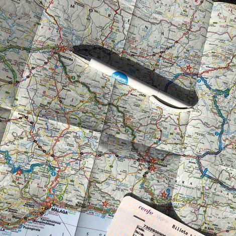 Kugelschreiber der auf einer Landkarte Andalusiens liegt und auf Cordoba zeigt